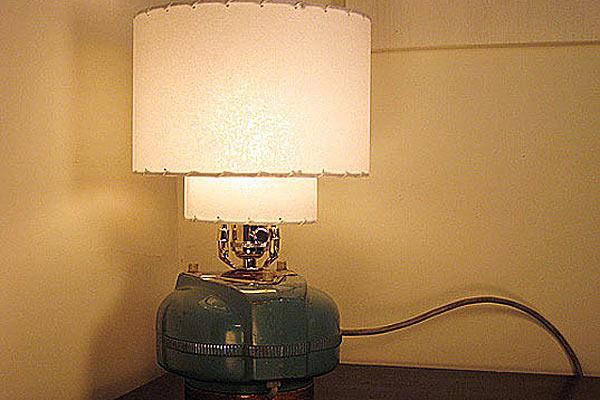 настольная лампа из дедушкина пылесоса — дизайнер Бен Лайт.