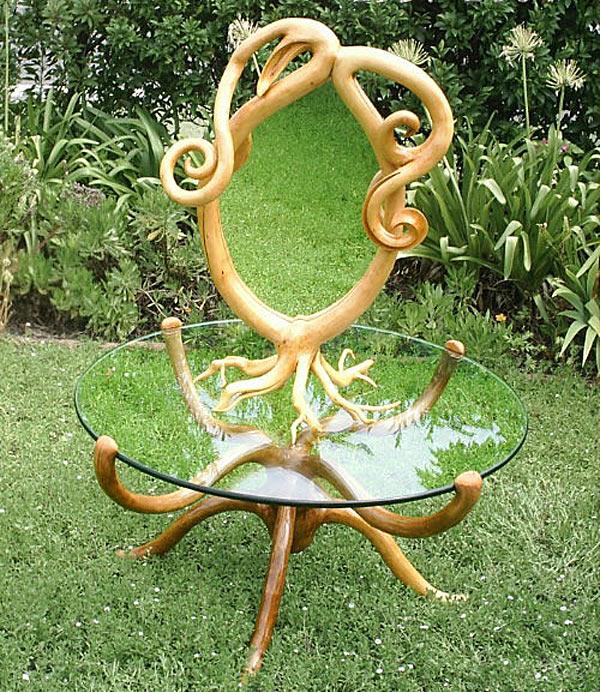Садовый столик со стоящим на нем зеркалом.