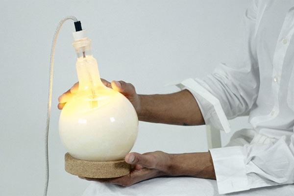 Лампа, сделанная из лабораторной колбы из колбы Droog — Slow Glow Lamp