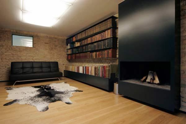 Переделанный под жилые помещения интерьер.