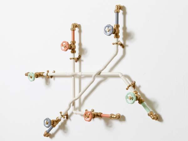 Функциональный декор из водопроводных труб.