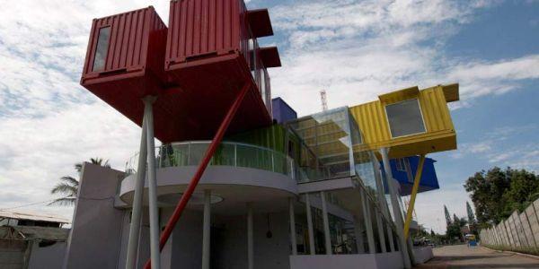 Общественное здание в Индонезии из морских контейнеров