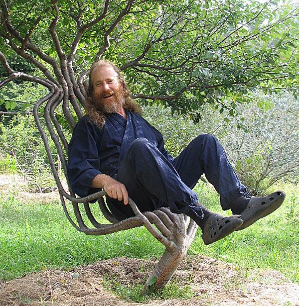 Петер в своем любимом кресле, которое вырастил сам.