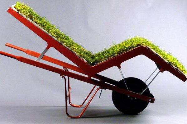 Передвижное кресло из травяного дерна и строительной тачки
