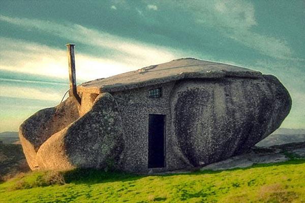 Дом из каменных валунов