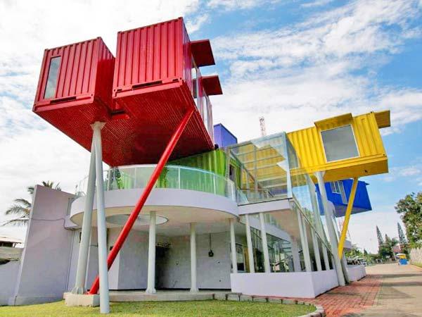 Общественное здание в Индонезии из морских контейнеров.
