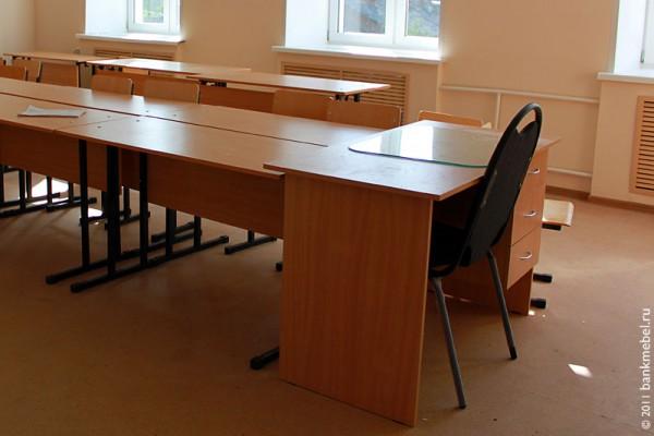 Учительский стол.