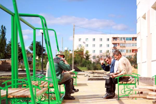 Скамейки около школы.