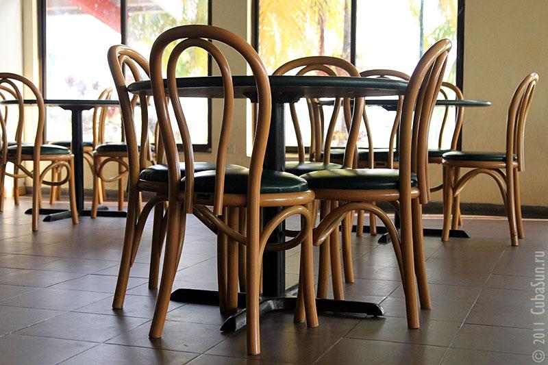 Практически венские стулья.