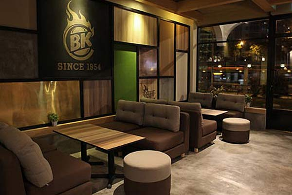 Универсальное зонирование интерьера кафе Burger King.